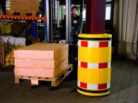 Säulenschutz aus Kunststoff mit reflektierender Warnmarkierung